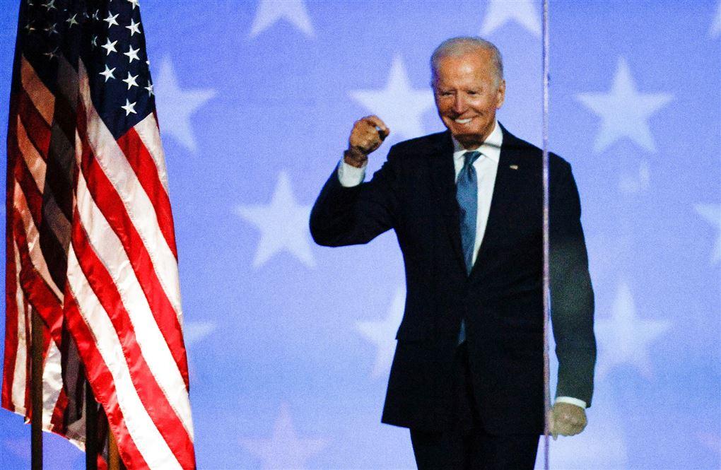 Joe Biden knytter næven og smiler