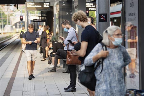 folk går og står på fortov