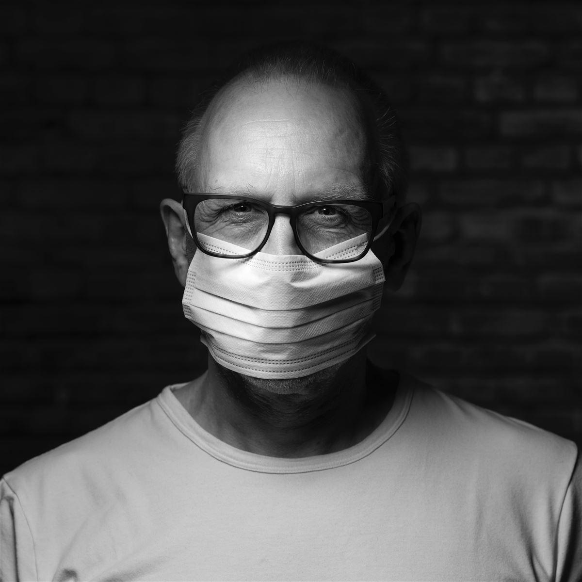 mand med briller og mundbind