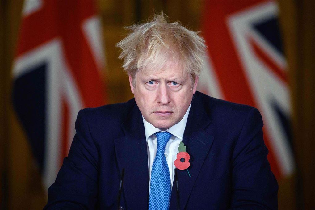 den engelske premierminister Boris Johnsen stirrer ind i kameraet med sammenbidt udtryk