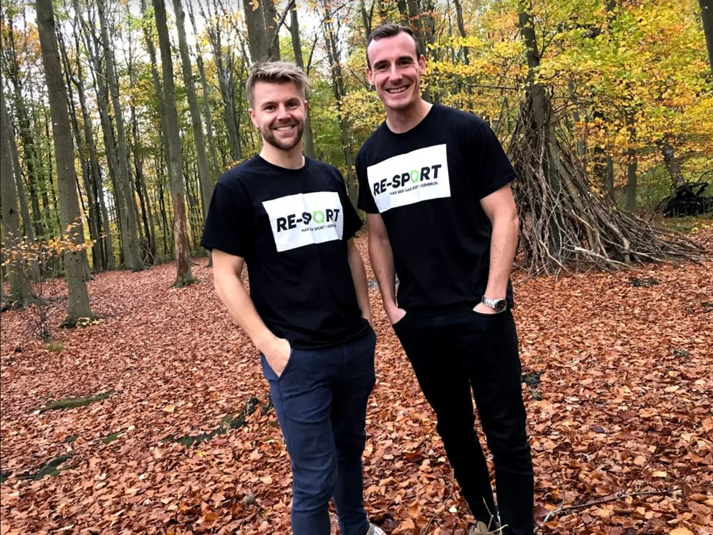 to mænd i sort tøj med firmalogo står i skov