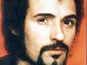 Nærbillede af seriemorderen Peter Sutcliffe med orange baggrund