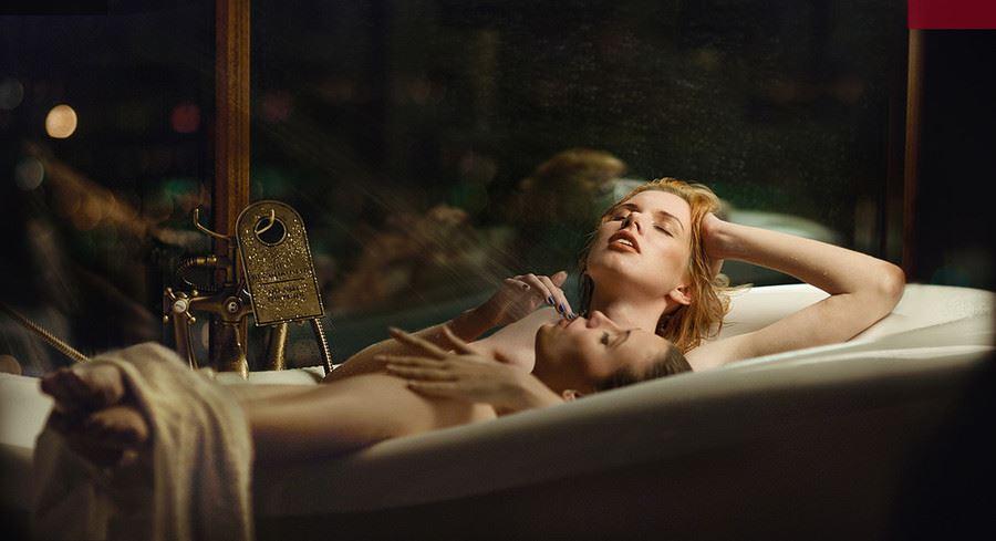 To kvinder i et badekar