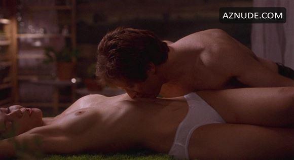 Mand kysser topløs kvindes mave