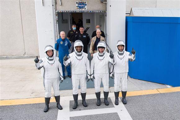 De fire astronauter vinker i deres rumdragter før opsendelse.
