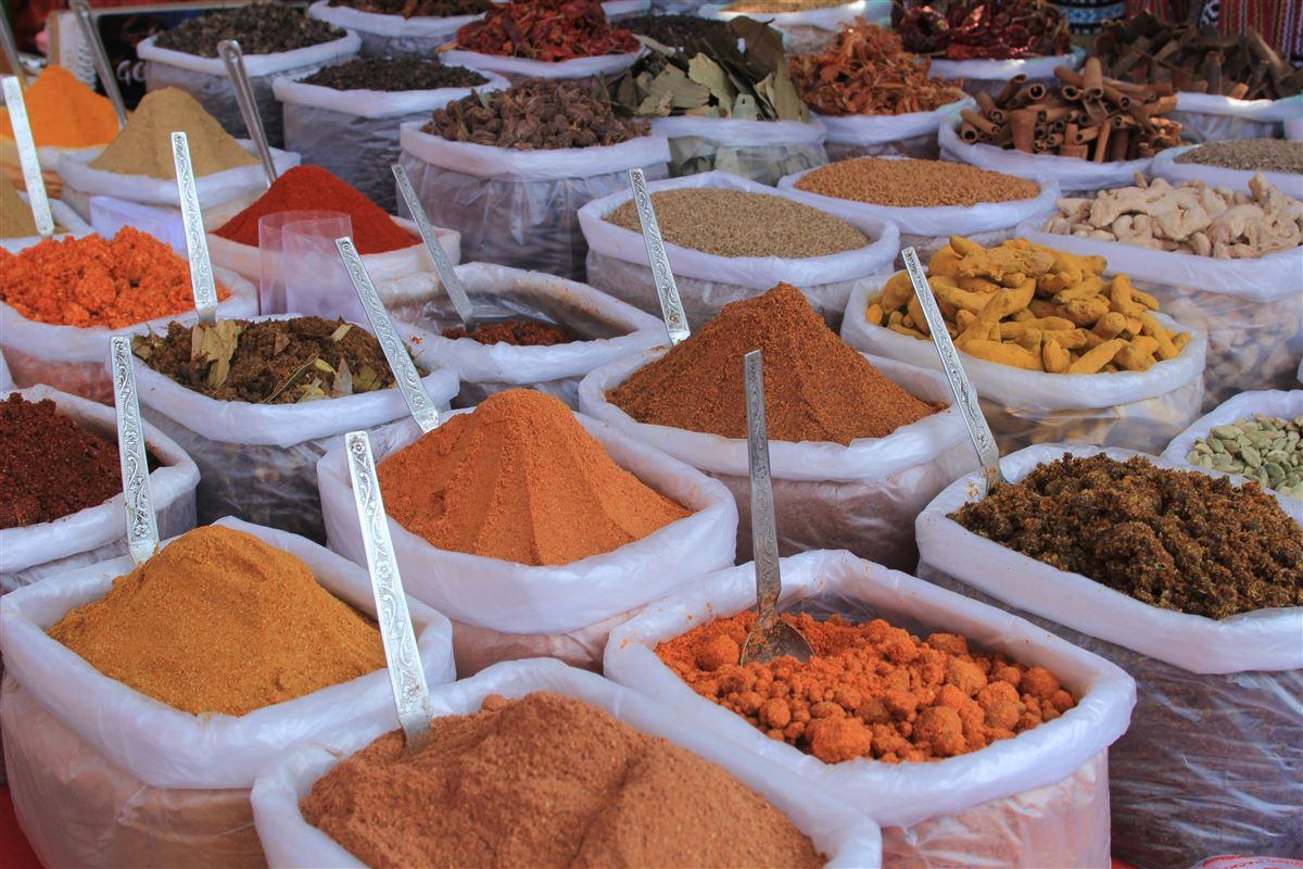 Et marked med forskellige farverige krydderrier.