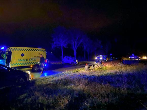 En ambulance på en mørk landevej