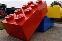 Nogle store Legoklodser foran hovedkvarteret i Billund