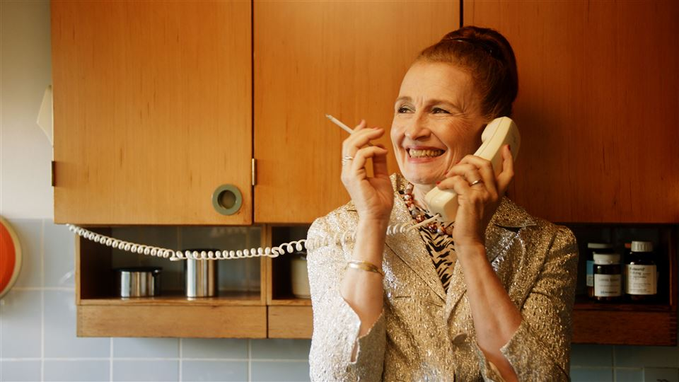Bodil jørgensen med en smøg i telefonen i rollen som Trines mor.