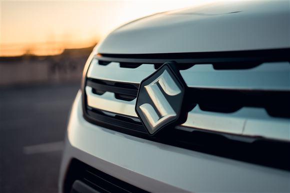 En køler med et Suzuki-emblem på i solnedgangen