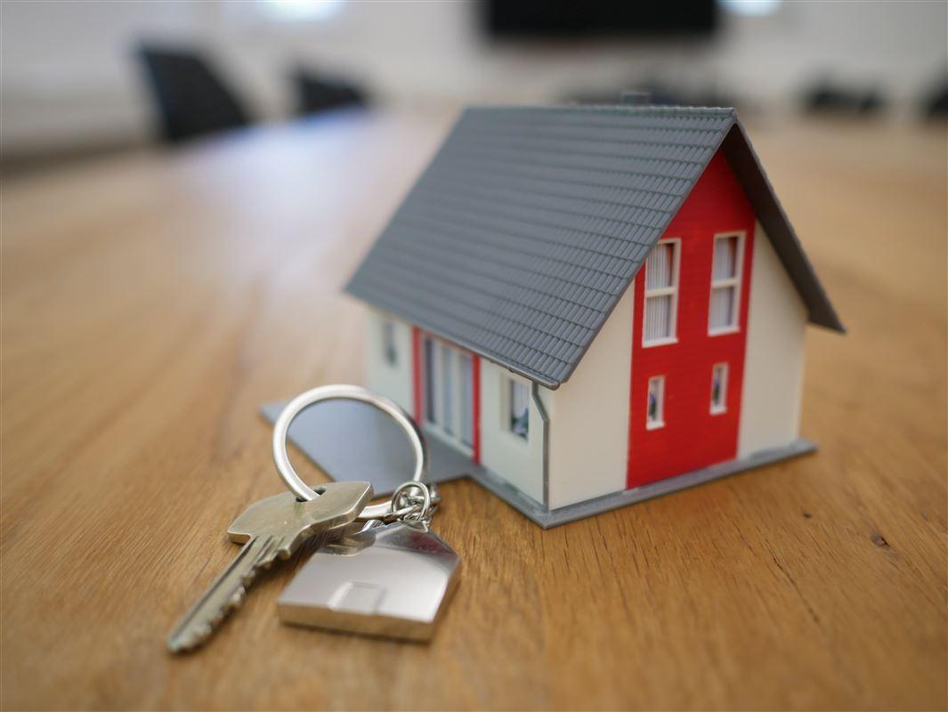 Et lille legohus med en nøgle på