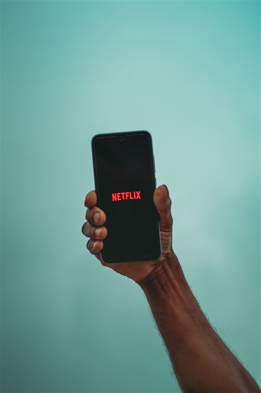 En smartphone med Netflix-logo på skærmen