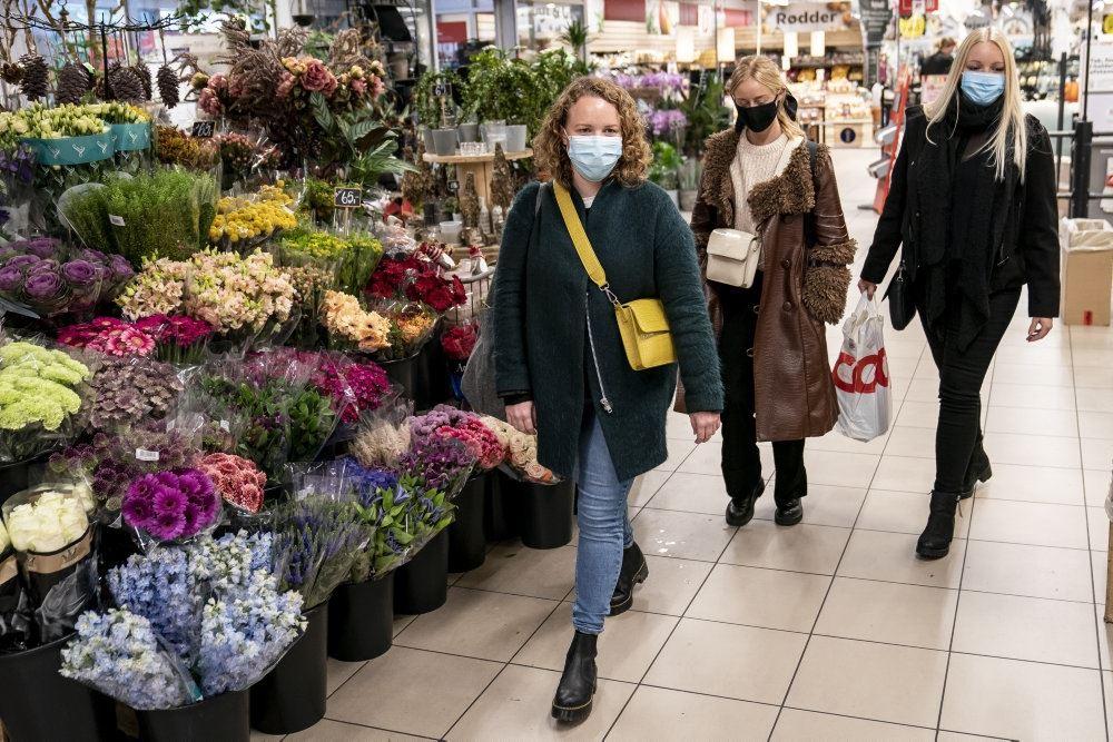 folk med mundbind i supermarked