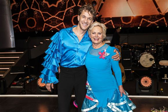 Danseren Michael Olesen og med dansepartner Hilda Heick er klædt i blåt