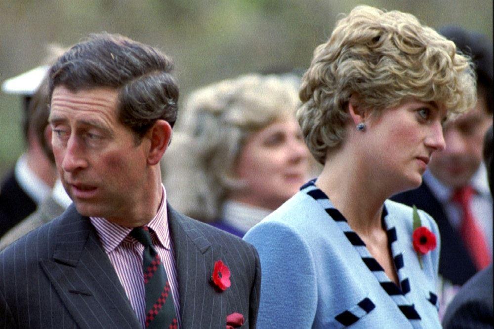 Prins charles og Diana kigger hver sin vej