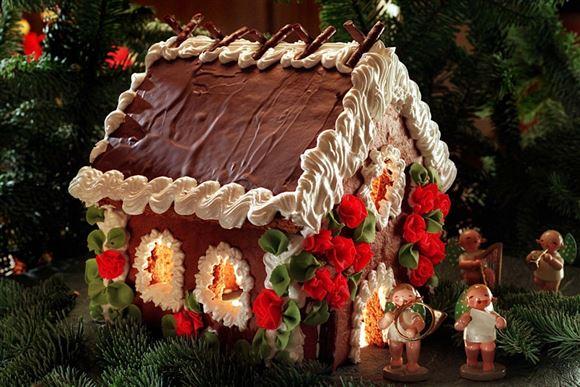 Et stort kagehus med juledekoration