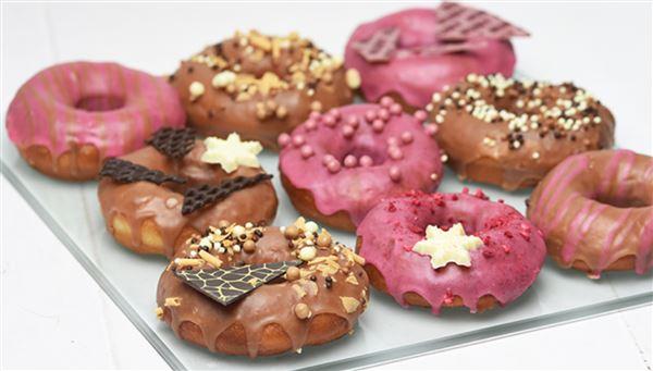 Et fad med flotte donuts