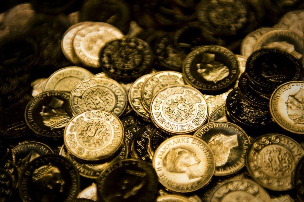 en bunke af skinnende mønter