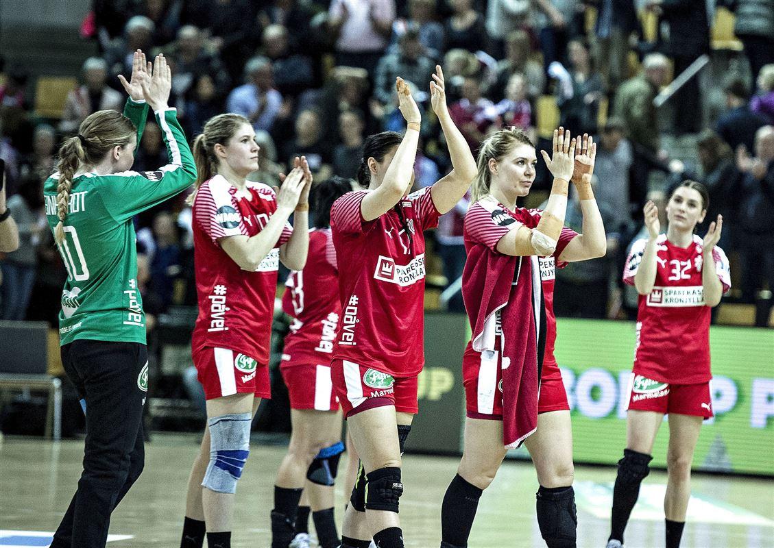 kvindelige håndboldspillere klapper og takker publikum