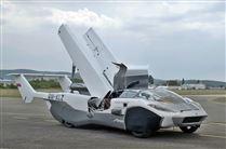 bil med vinger holder på landingsbane