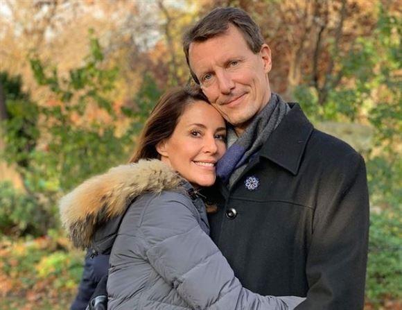 Prins Joachim og Prinsesse Marie giver hinanden et knus udendørs