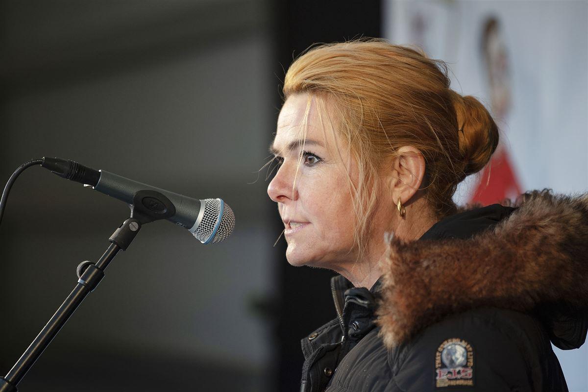 Inger Støjberg i jakke står foran mikrofon