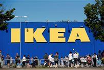 IKEA-varehus med stort IKEA-logo set udefra