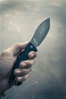En mand holder en lille kniv