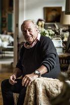 Erik Brandt i en stol i sin lejlighed