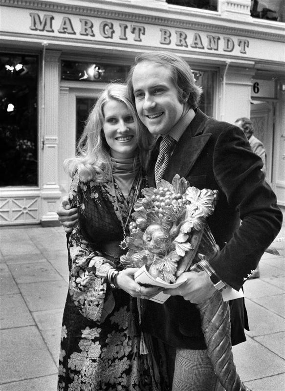 Sort hvidt billede af Erik og Margit Brandt foran en af deres butikker