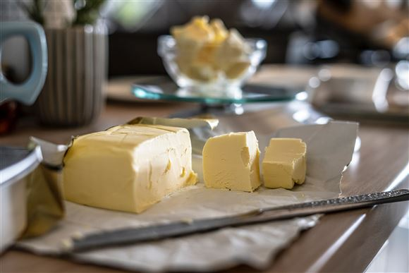 smør og kniv på tallerken