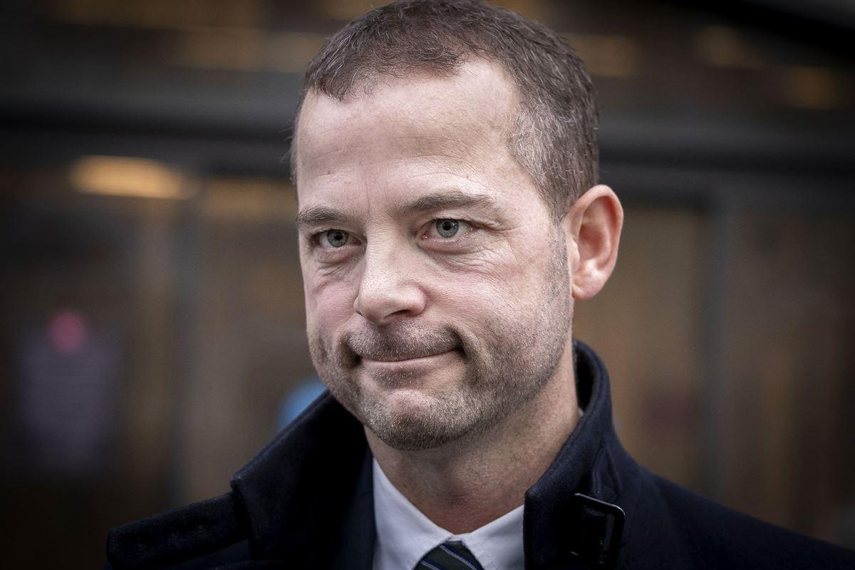 Morten Østergaard iført jakke foran retten på frederiksberg