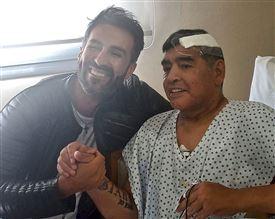 Leopoldo Luque sammen med Maradona, der er iført hospitalstøj og en stor forbinding i hovedet.