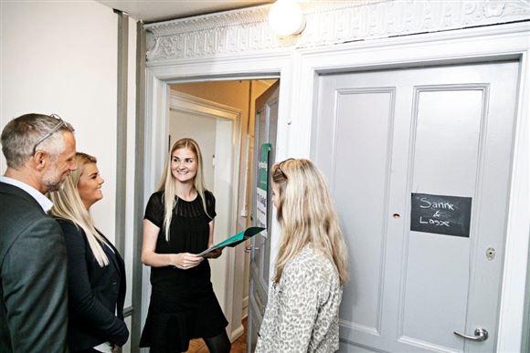Et forældrepar, en ejendomsmægler og en ung pige er på vej ind i en lejlighed.