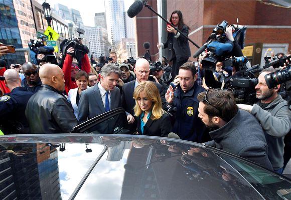 Felicity Huffman omgivet af pressefolk på vej ind i en bil