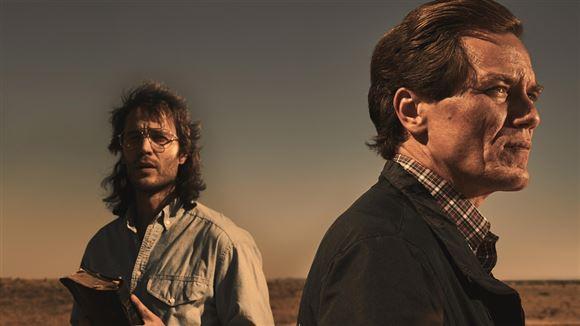 to mænd står i ørkenen og skuler