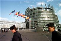 to betjente går foran europaparlamentet i Bruxelles