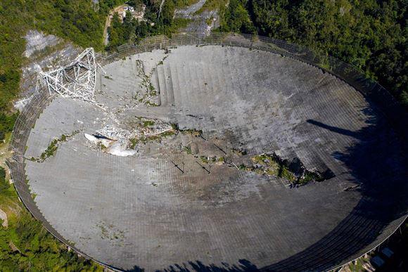 Et stort teleskop i murbrokker