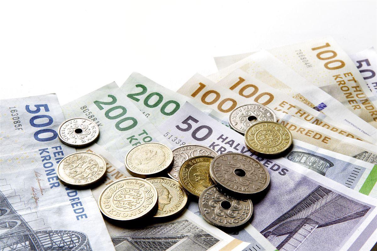Sedler og mønter på et bord