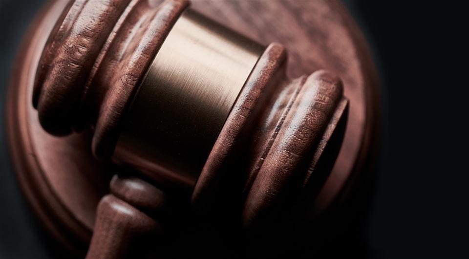 Nærbillede af hammer fra retssal