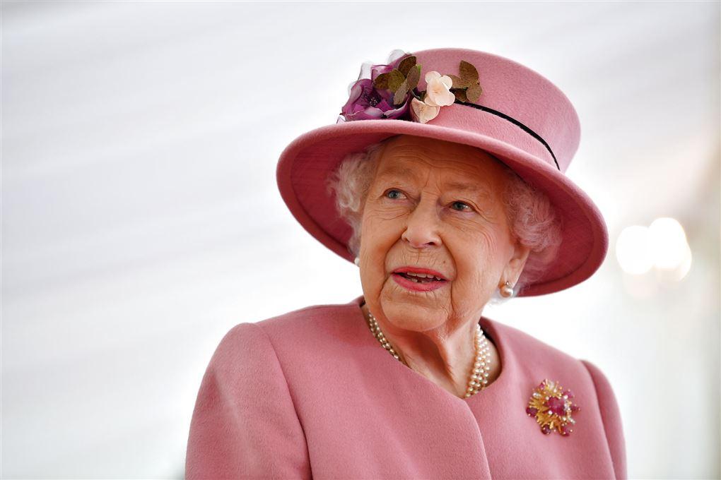 dronning elizabeth med pink kjole og hat