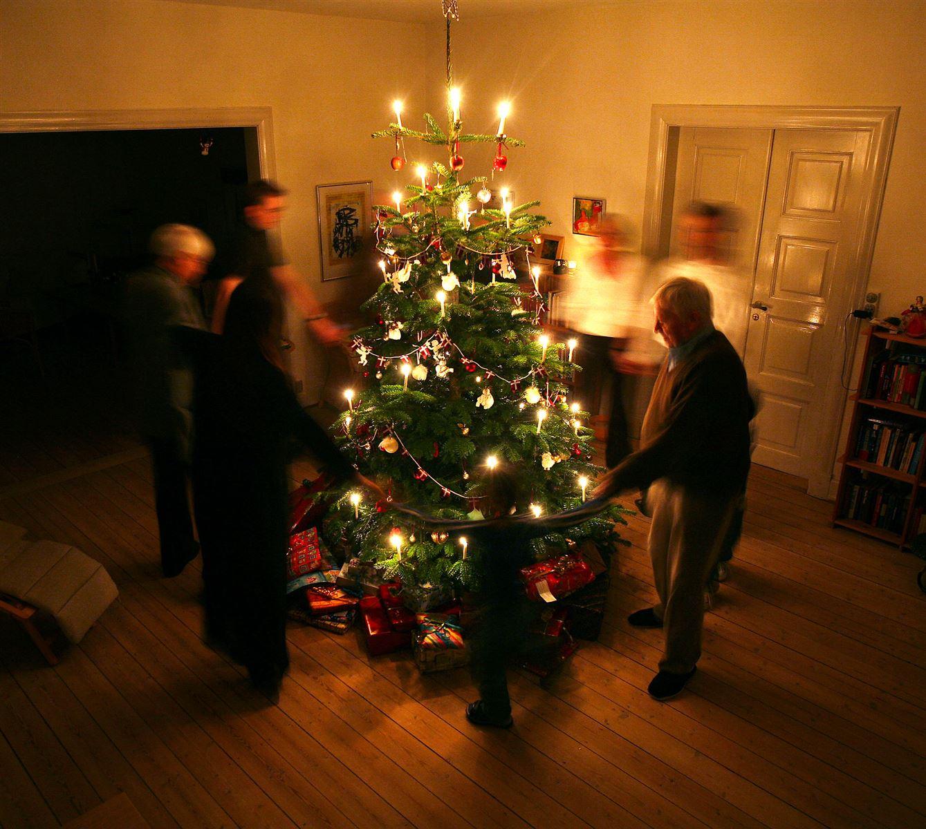 folk danser rundt om juletræet