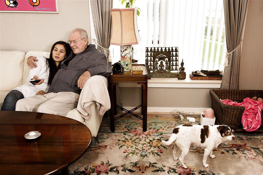 Klaus Pagh i en sofa med sin thailandske kone