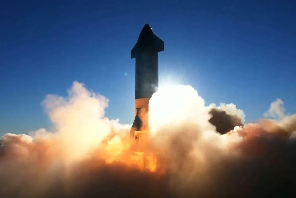 En raket der er ved at lette med masser af ild under og støv omkrong sig.