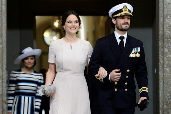 Prinsesse Sofia og prins carl philip af sverige står med hinanden i armen