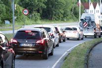 en række tyske biler i kø på en vej