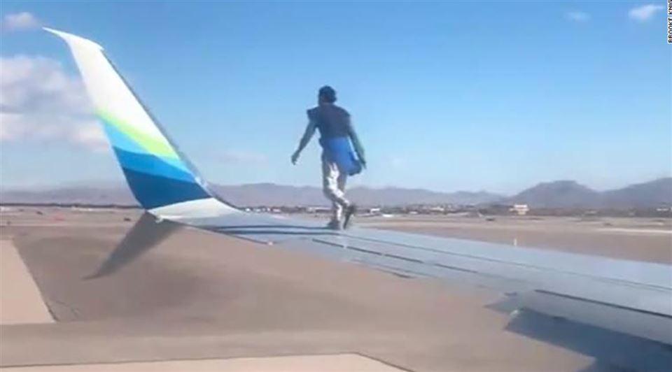 En mand går på en flyvinge