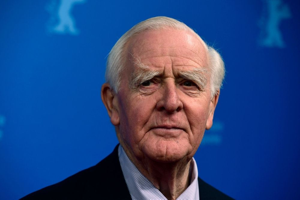forfatteren John Le Carre står foran blå baggrund