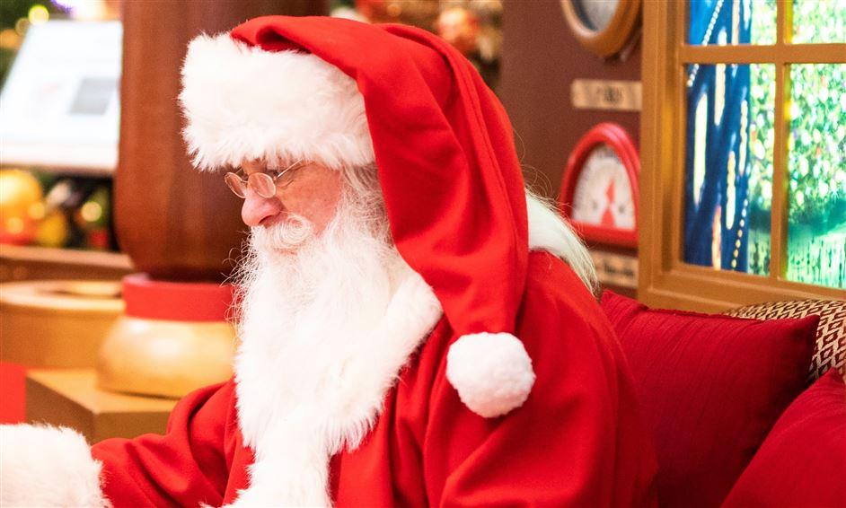 julemand sidder i julepyntet lokale