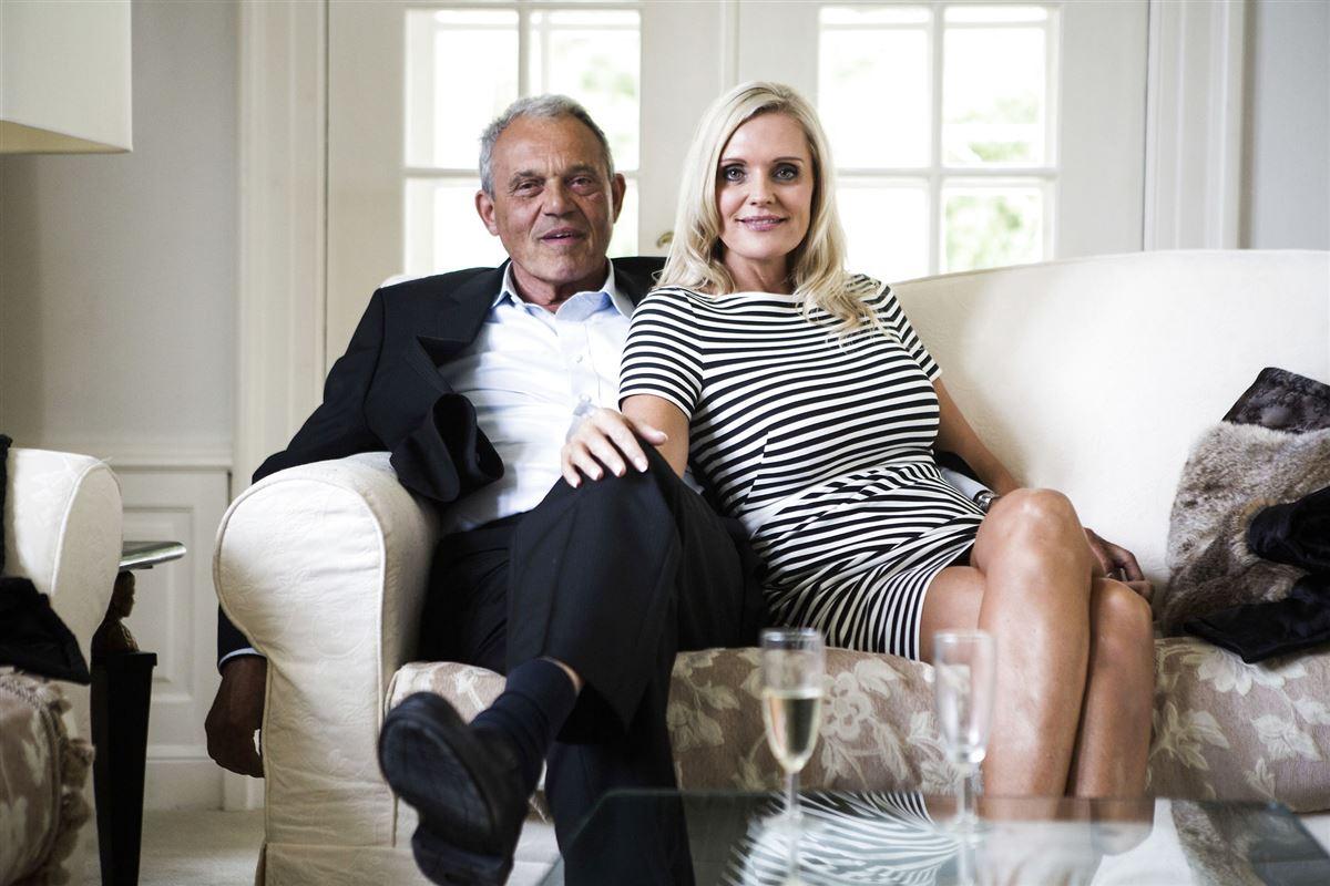 Karsten og Janni Ree i en sofa i deres hjem.